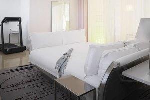 tapete cinza e cama branca