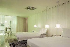 quarto branco com luminaria de teto