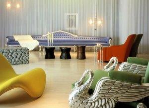 sofas coloridos vermelho azul verde amarelo