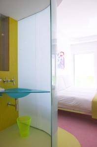 banheiro amarelo e azul
