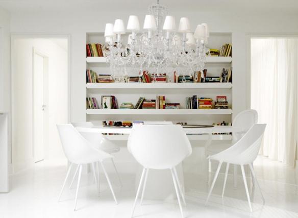 Estante branca com livros coloridos design