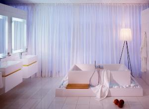 banheiro todo branco com cortina