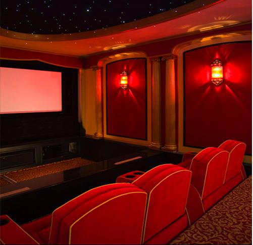 Outro bom exemplo de um home theater com cara de cinema de verdade. O