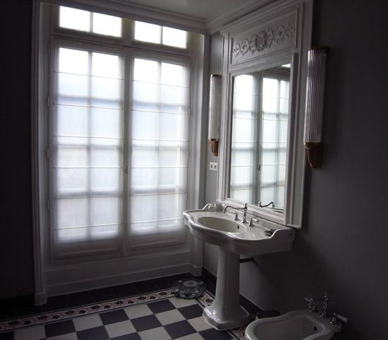 cortina na janela do banheiro