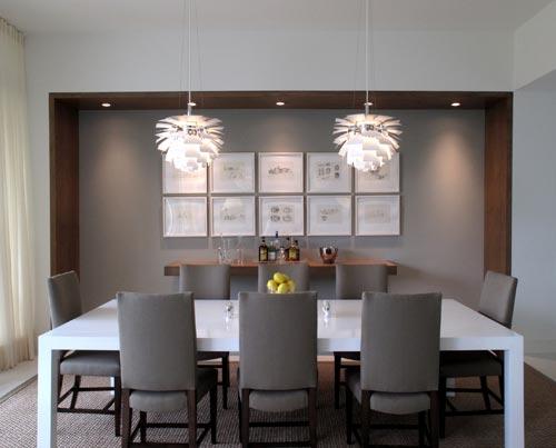 Esta sala não é um exemplo de aconchego, mas o uso da madeira já