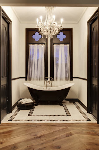 piso madeira banheiro branco