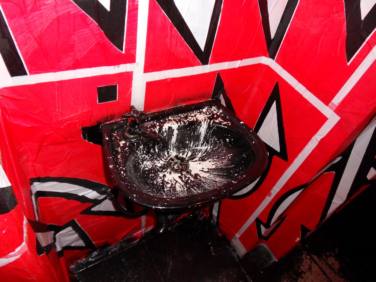 banheiro também é coberto de lambe lambe só vermelho e as  #CA0135 1280 960
