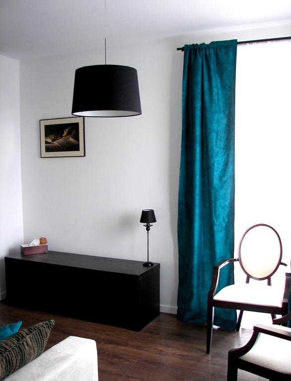 sala branca e azul detalhes pretos