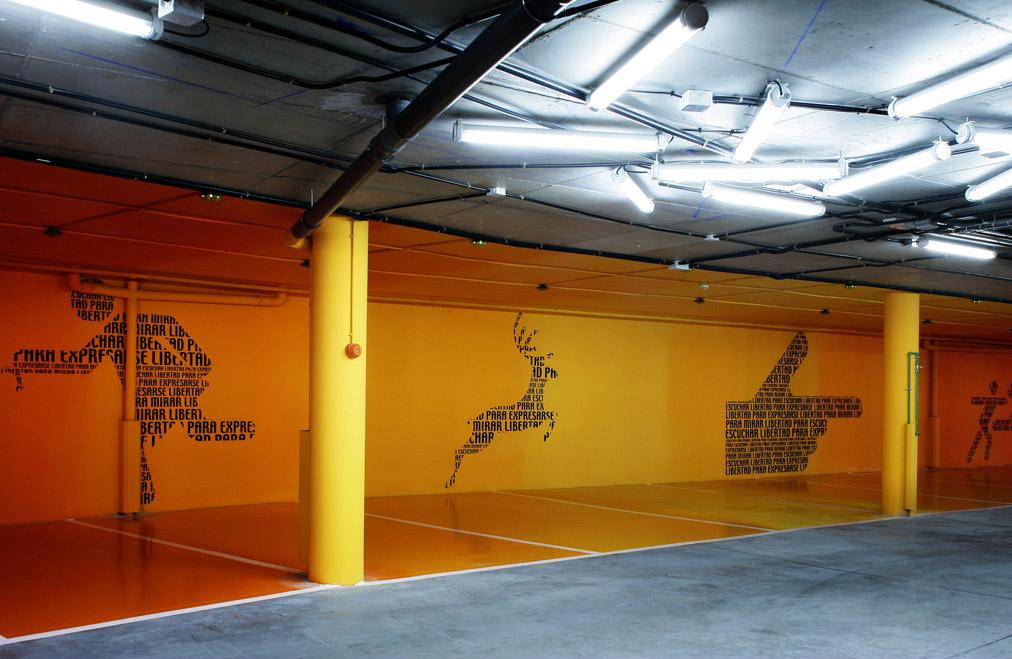 parede amarela com adesivo