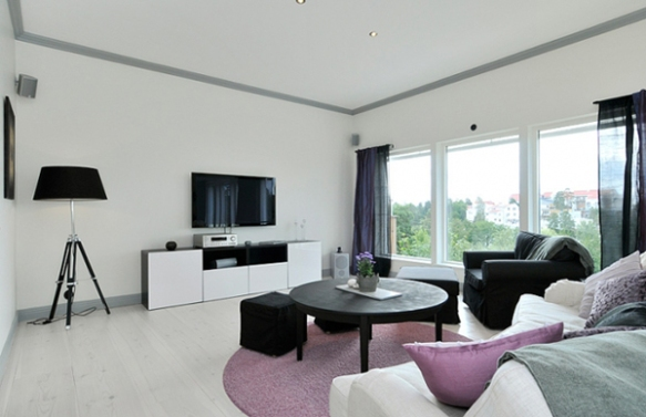 piso branco sofa lilas