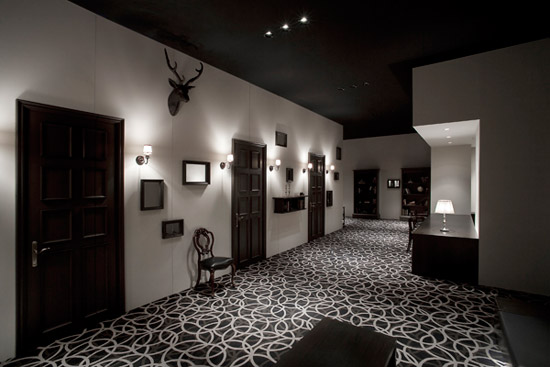 corredor preto e branco decoração