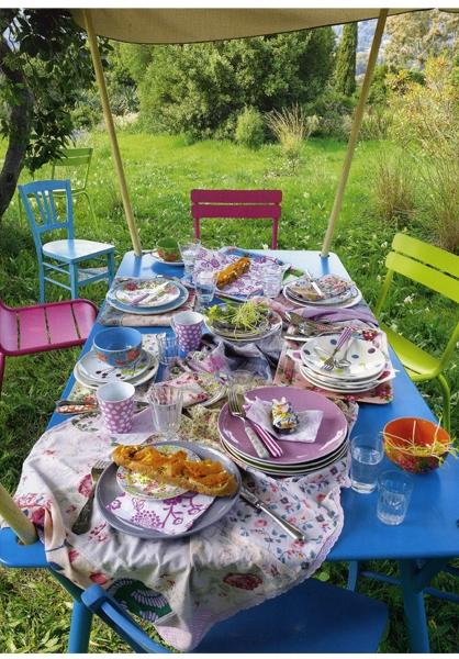 mesa e cadeiras coloridas