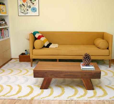 sofa amarelo tapete estampado