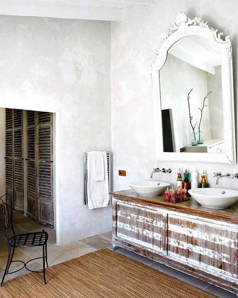 Baño Pequeno E Irregular:Os armários e o tapete são rústicos, mas as cubas, torneiras e o