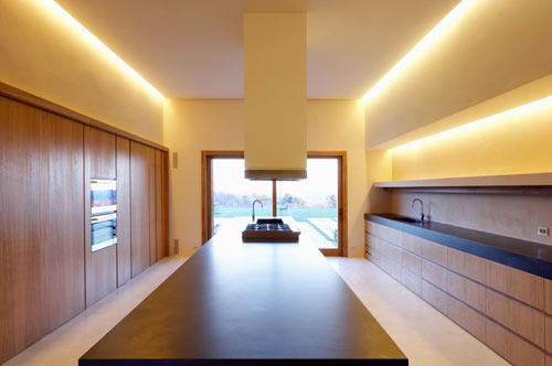 cozinha moderna com iluminação embutida