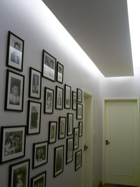 parede com quadros em preto e branco