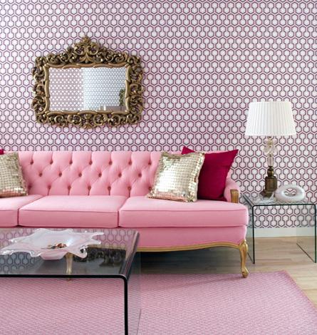 sofa rosa e papel de parede lilas