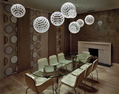 sala de jantar com luminaria de cristal