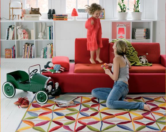 sofa vermelho com tapete