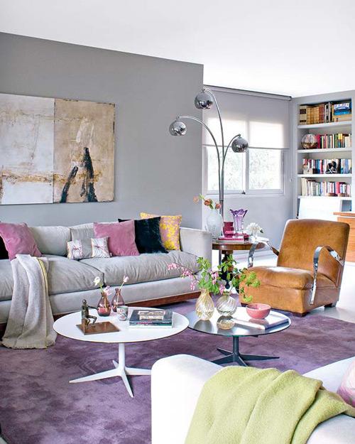 Sala De Estar Cinza E Lilás ~  de cores neutras e as almofadas em rosa e amarelo distribuem um pouco