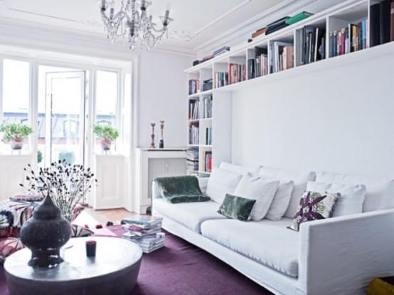 sofa branco com almofadas coloridas