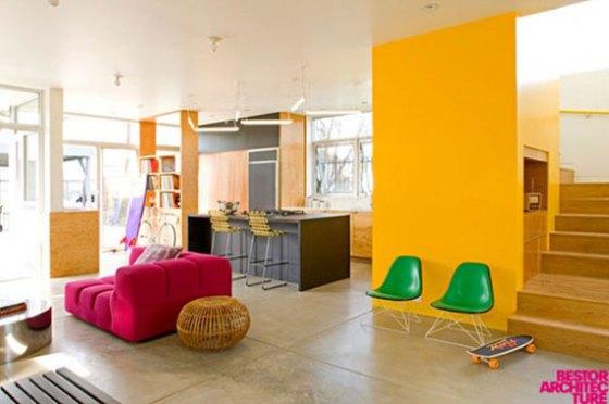 parede amarela, sofa vermelho