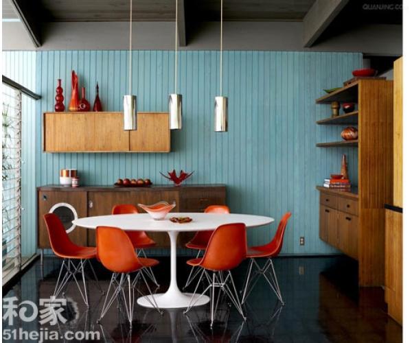 parede azul, mesa saarinen branca, cadeiras eames laranja