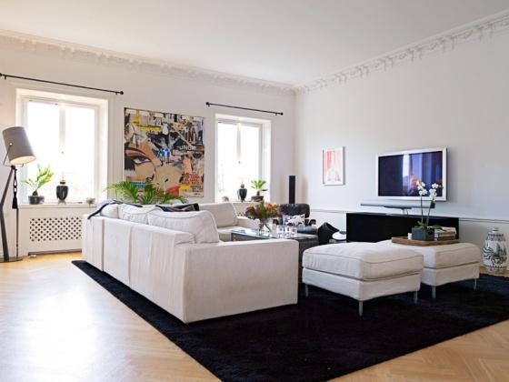 sala branca com tapete preto