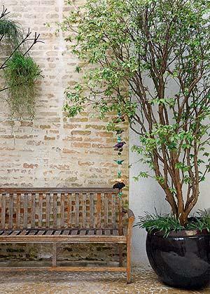 parede de tijolinho e banco de madeira