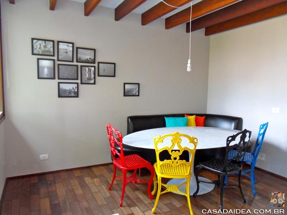 cadeiras coloridas na sala de jantar