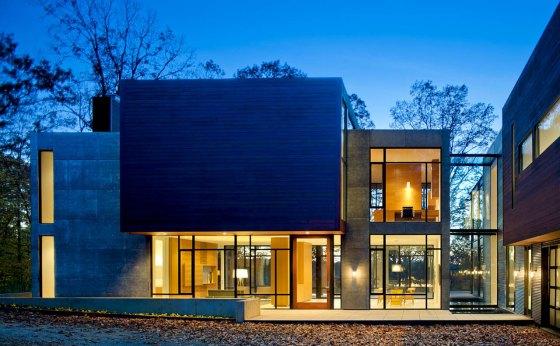 fachada de casa de vidro à noite