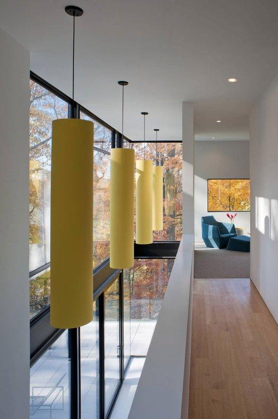 luminarias amarelas no corredor