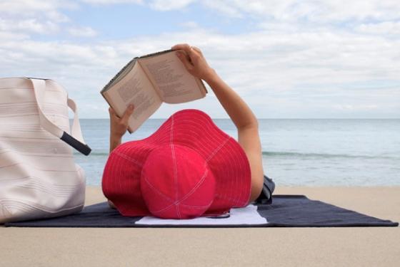 tomando sol ao ler um livro