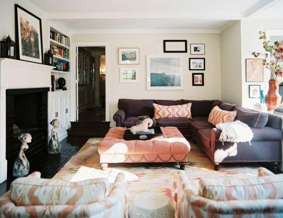 sala com sofa roxo