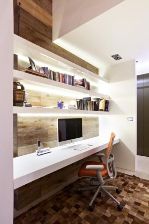 O tapete de couro e a marcenaria deram um ar sofisticado ao ambiente, juntamente com a cadeira laranja