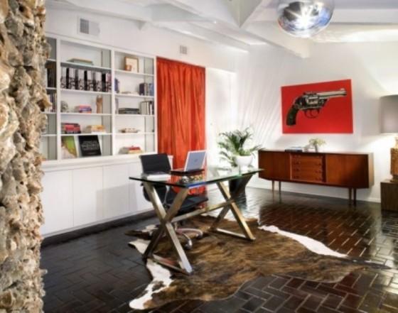 Móvel com pés palito serve para armazenar livros e documentos, e cadeira Charles e Eames ajuda a dar estilo ao escritório