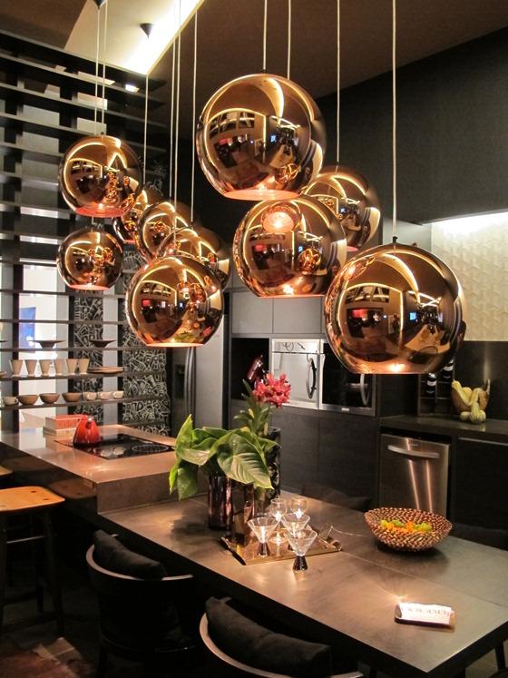 Luminária pendente de cobre deu alegria e sofisticação à cozinha, composta basicamente de cores neutras