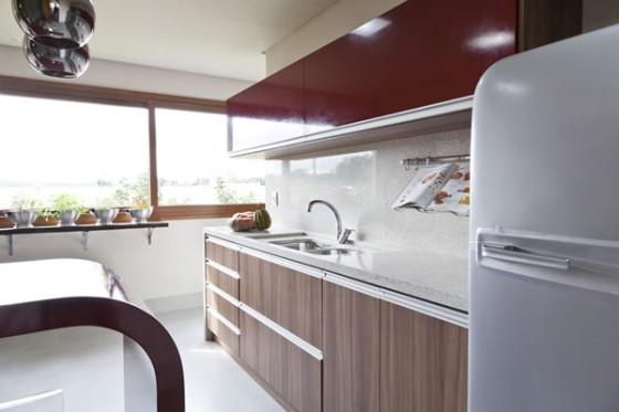 armarios de cozinha vermelhos e madeira