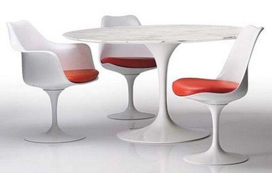 Insipradas nas flores, mesa e cadeiras têm traços arredondados como as pétalas