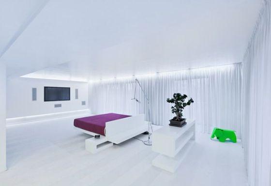 quarto todo branco com luz indireta