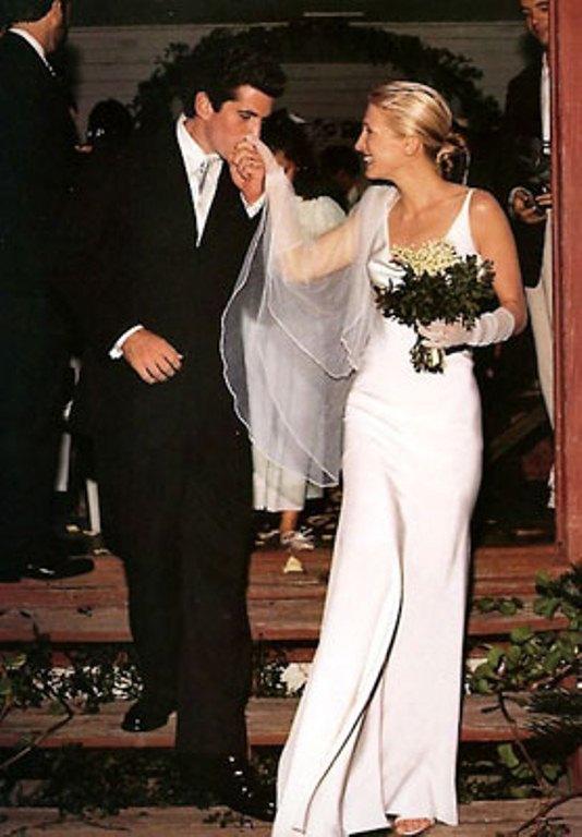 Criação do estilista Narciso Rodriguez para casamento discreto entre Bessette e John Kennedy Jr