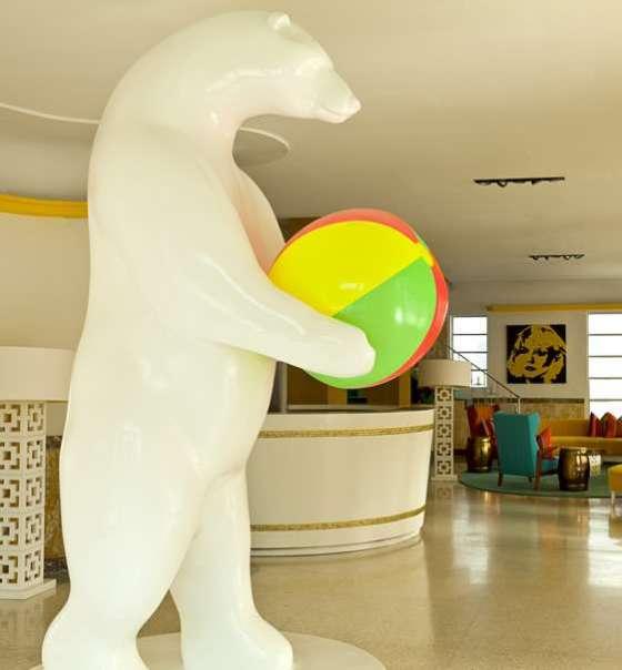 urso polar com bola de praia