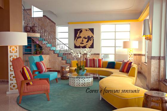 sofa curvo amarelo com almofadas coloridas