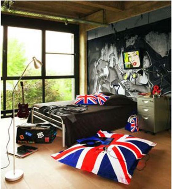 Cores da bandeira no puff e nas almofadas contrasta com luminária e arquivo de metal
