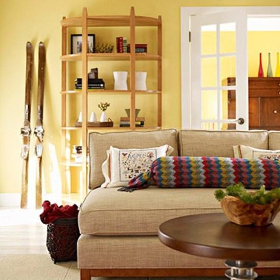 Estampa da manta, sobre a almofada, acrescenta cor à sala