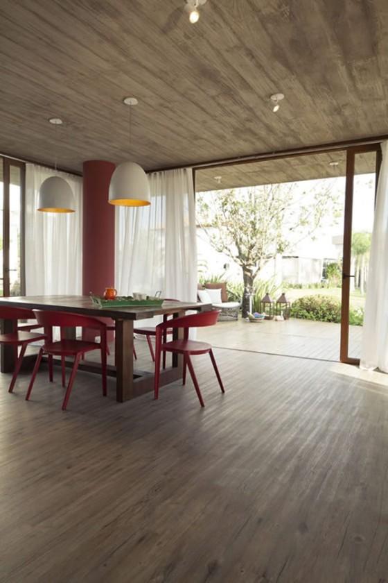 cadeiras vermelhas na sala de jantar