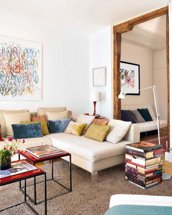 Sala branca ganhou cor com mesas vermelhas, luminária e quadros