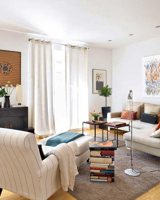sala branca e moderna, cortinas leves e brancas