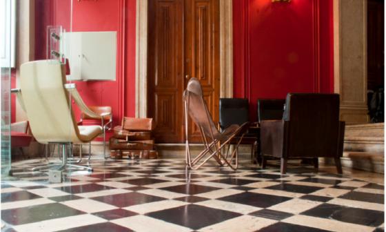 Móveis antigos, portas francesas e chão antigo quadriculado foi preservado e fazem contraste com parede vermelha
