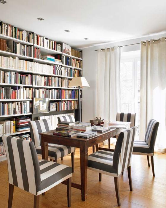 Sala de jantar se transforma em escritório e biblioteca
